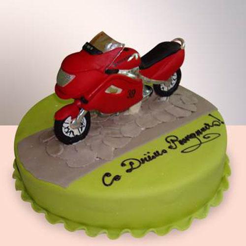 С Днем рождения! На фоне торта с байком